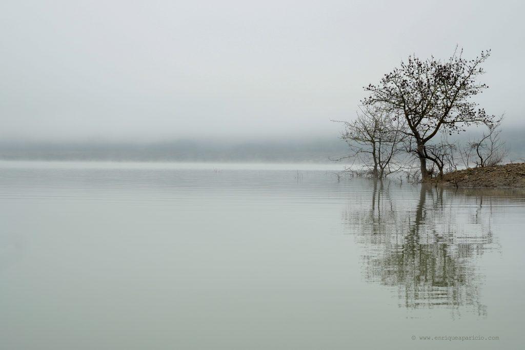 pantano de Yesa con niebla